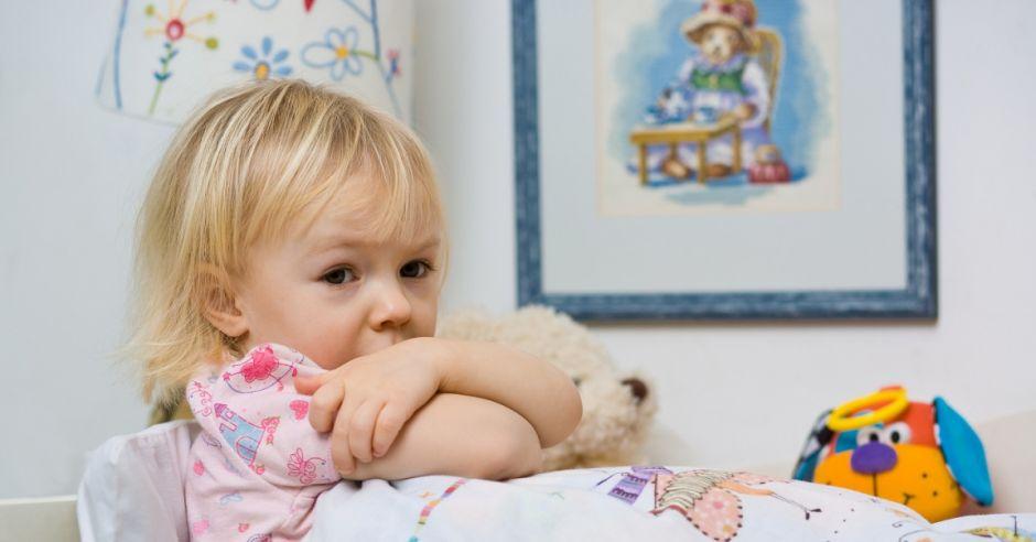 dziewczynka, dziecko, kilkulatek, przedszkolak, bunt, smutek, łóżko, choroba, chore