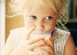 dziewczynka i mleko