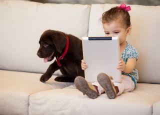 dziewczynka i tablet