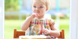 Dziewczynka je kanapkę