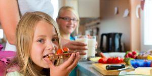 Dziewczynka je kanapkę na drugie śniadanie