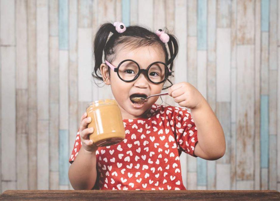 dziewczynka je masło orzechowe