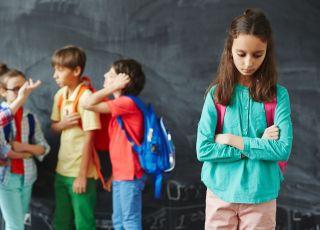 Dziewczynka, która boi się chodzić do szkoły