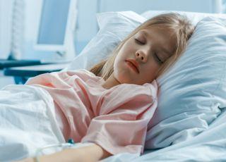 Dziewczynka, która leży w szpitalu
