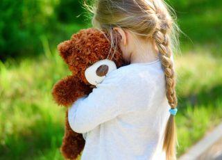 Dziewczynka, która przytula misia