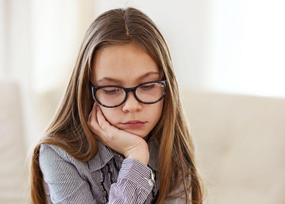 Dziewczynka, która się wstydzi okularów