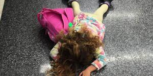 Dziewczynka leży na podłodze, bo mama kazała jej nieść plecak