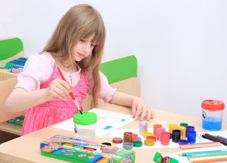 Dziewczynka maluje - prace plastyczne