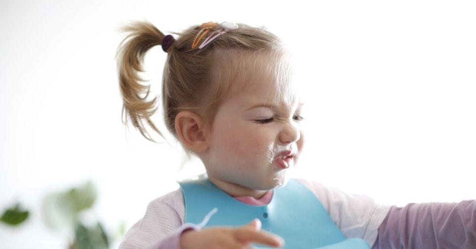 dziewczynka marudzi przy jedzeniu