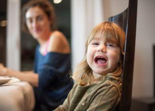 dziewczynka-mowi-brzydkie-wyrazy-i-sie-smieje