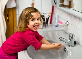 Dziewczynka myje ręce w prawidłowy sposób