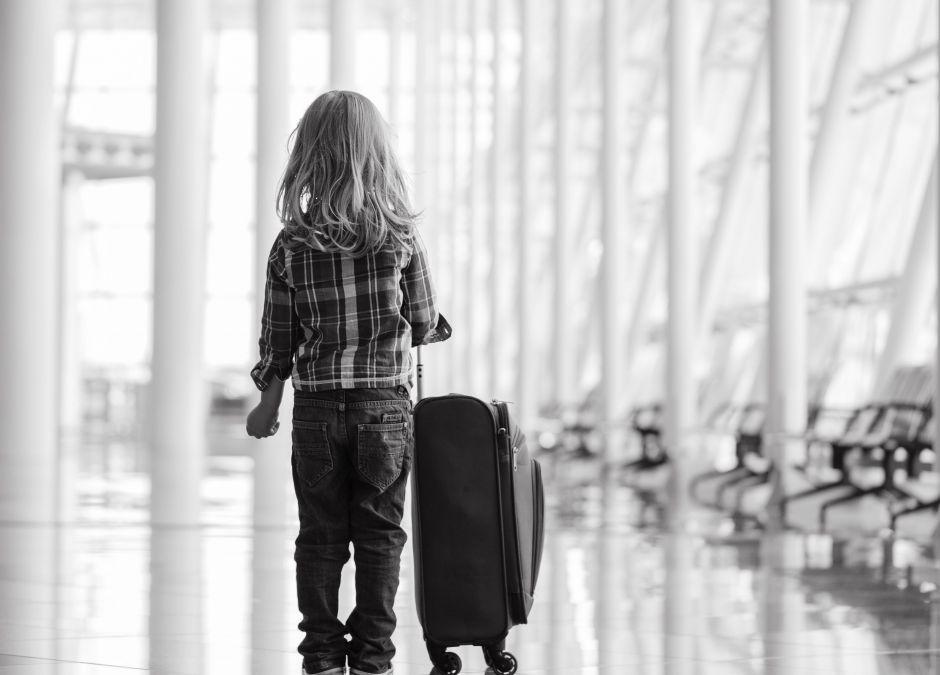Dziewczynka na lotnisku