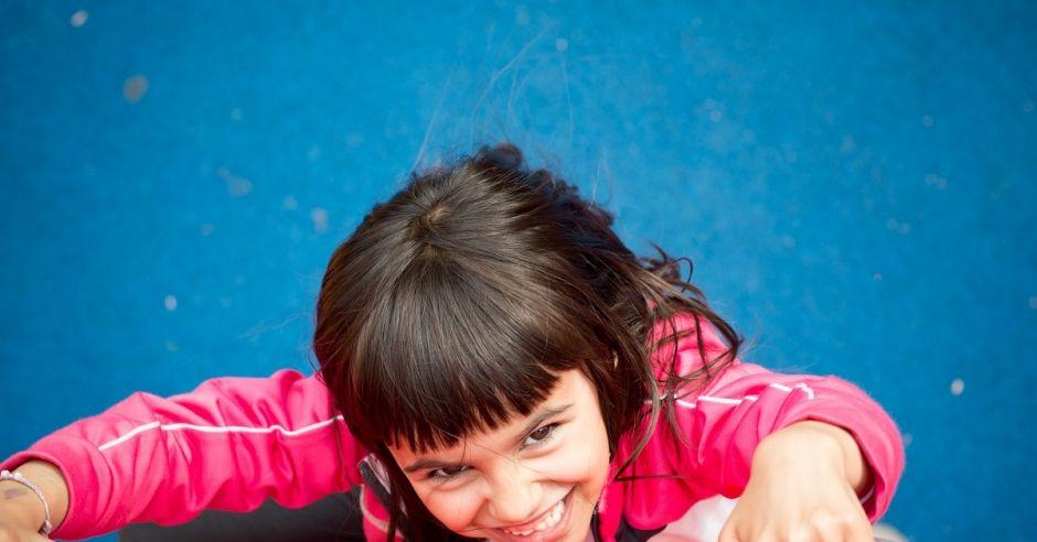 Dziewczynka na ściance wspinaczkowej,