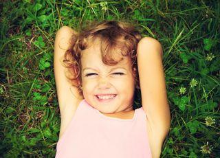 dziewczynka na trawie