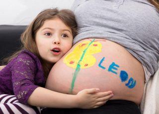 Dziewczynka napisała na brzuchu mamy imię nienarodzonego braciszka