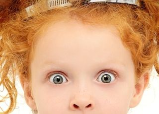 dziewczynka o rudych włosach