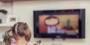Dziewczynka ogląda bajki w telewizji