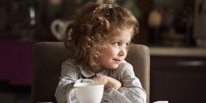 dziewczynka pije herbatę