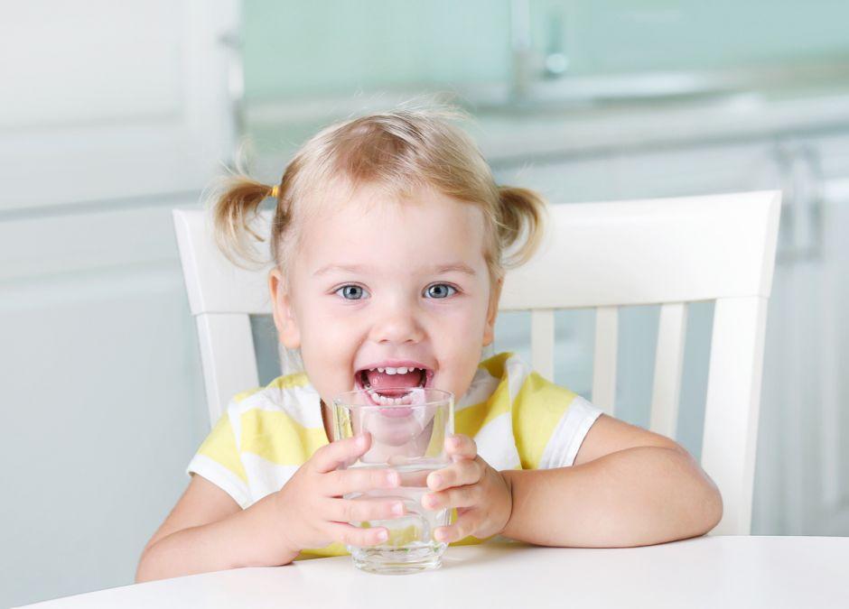 dziewczynka pije wodę