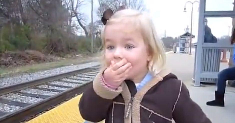 dziewczynka, pociąg, radość, co cieszy dzieci