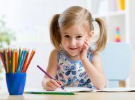 dziewczynka rysuje