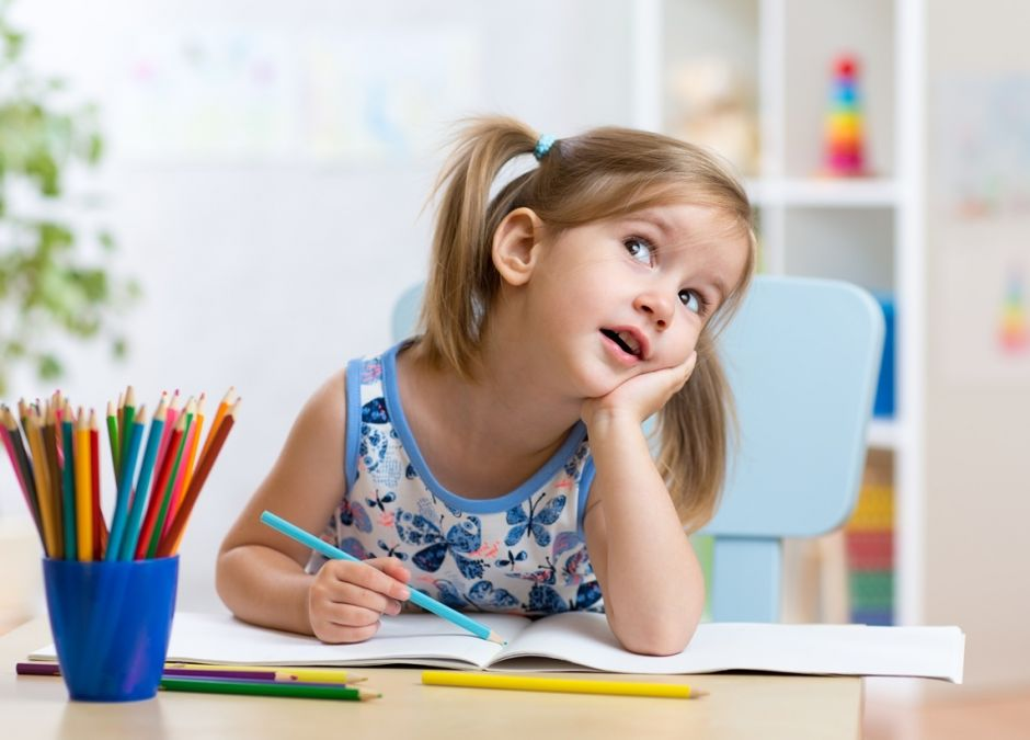 dziewczynka rysuje kredkami