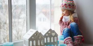 Dziewczynka siedząca na parapecie; Gdzie ta Gwiazdka konkurs na Babyonline.pl
