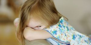 dziewczynka, smutek, emocje, wstyd