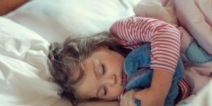 dziewczynka śpi z ulubioną maskotką