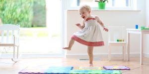 dziewczynka tańczy