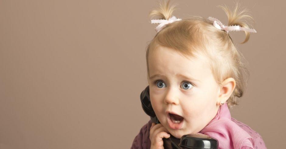 dziewczynka telefon