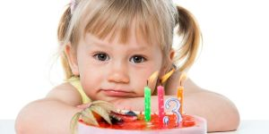 Dziewczynka, tort, świeczki