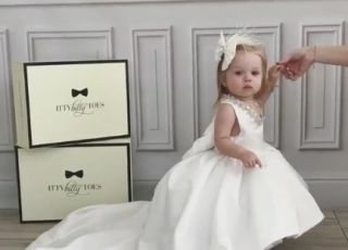 Dziewczynka ubrana w biała sukienkę