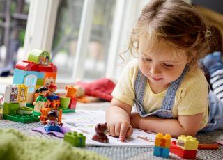 dziewczynka uczy misia Lego Duplo Przedszkole 10833.jpg
