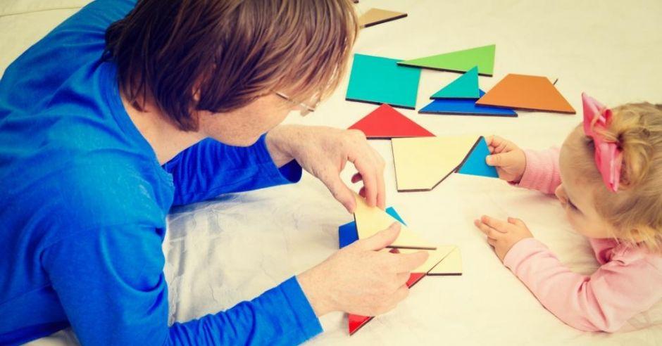 Dziewczynka uczy się kształtów i kolorów