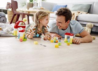dziewczynka układa klocki z tatą