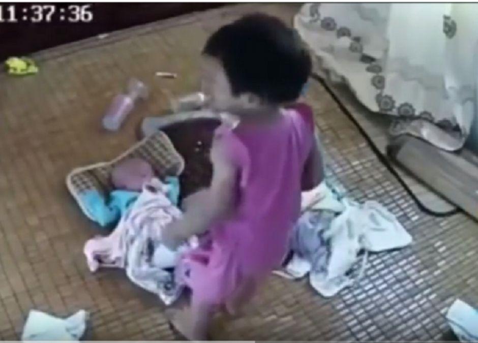 dziewczynka upadła z niemowlakiem