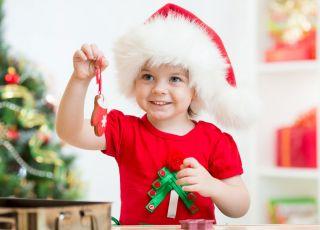 dziewczynka w czapce Mikołaja