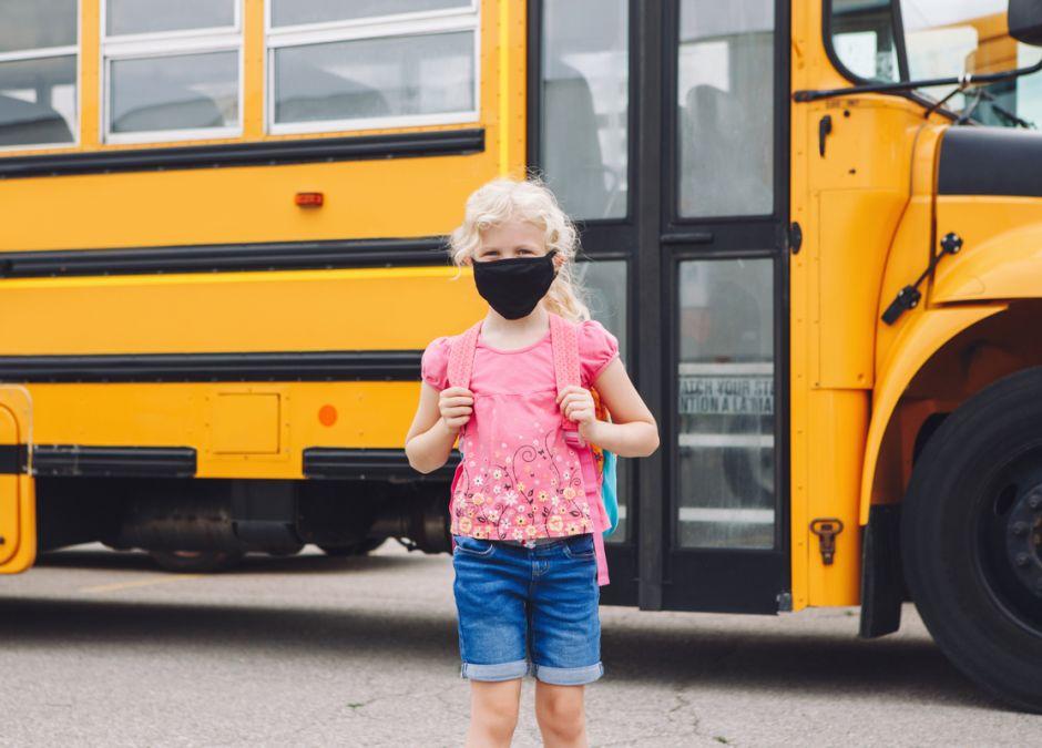 Dziewczynka w maseczce idzie do szkoły