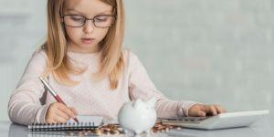 Dziewczynka w okularach liczy pieniądze