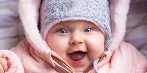 Dziewczynka w różowym zimowym kombinezonie