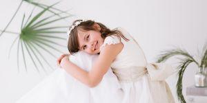 dziewczynka w stroju komunijnym