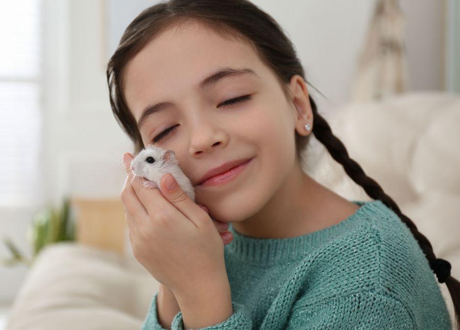 Dziewczynka z chomikiem
