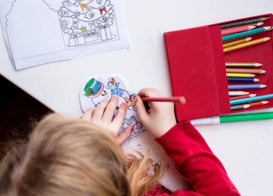 Dziewczynka z kolorowanką