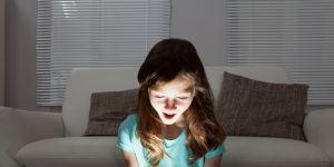 dziewczynka-z-laptopem-czyta