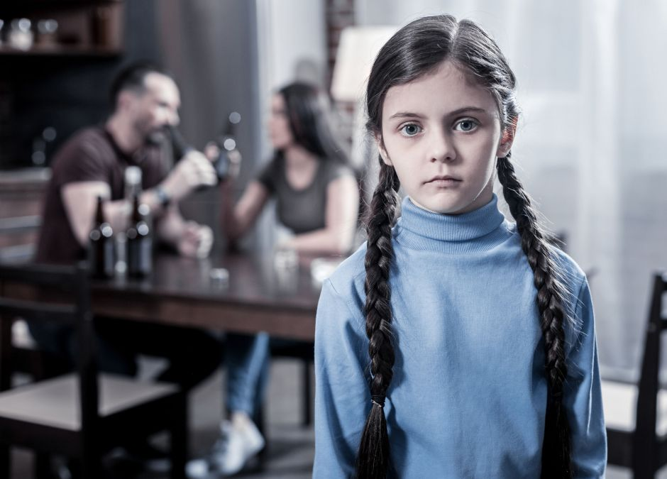 Dziewczynka z rodziny alkoholowej