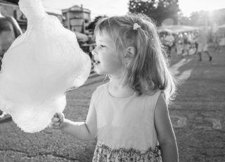 dziewczynka z watą cukrową