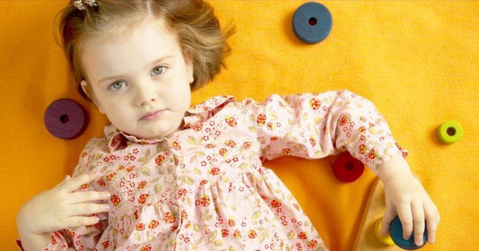 dziewczynka, zabawki, leżeć, dziecko
