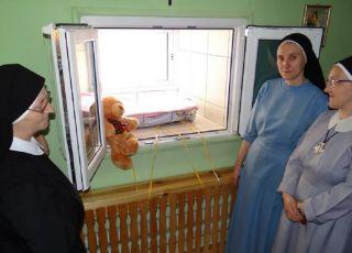 """dziewczynka zostawiona w wieluńskim """"oknie życia"""""""