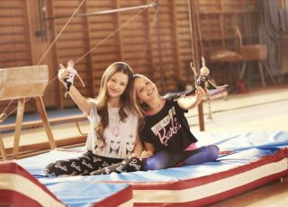 Dziewczynki ćwiczą razem z Barbie gimnastyczkami